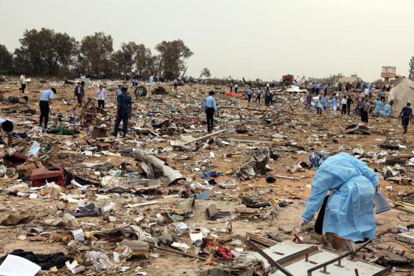В Триполи столице Ливии разбился пассажирский самолет. 104 человека погибли, выжил восьмилетний мальчик. Фоторепортаж. Фото: MAHMUD TURKIA/AFP/Getty Images
