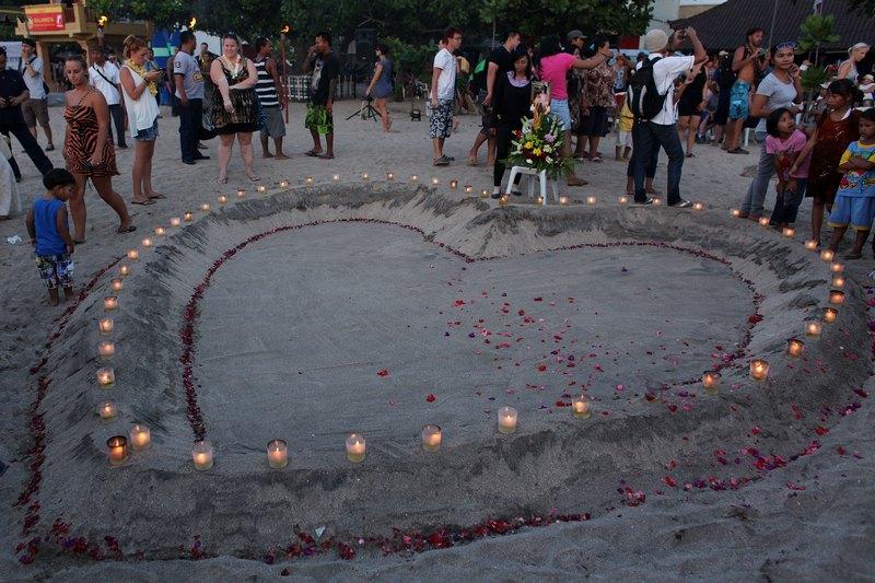 Кута, остров Бали, Индонезия, 12 октября. Фигура из свечей в виде сердца выложена в память о жертвах взрыва в ночном клубе, случившемся 10 лет тому назад. Взрыв унёс жизни 202 человек. Фото: Chris McGrath/Getty Images