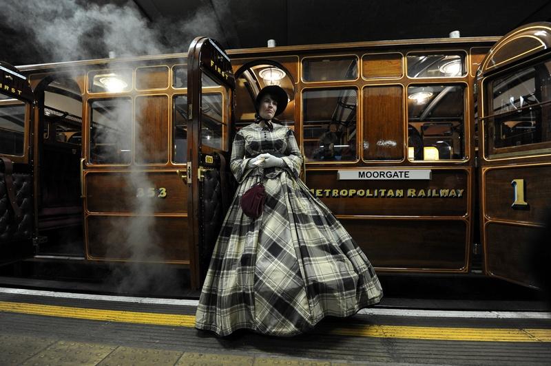 Лондон, Англія, 13січня. Актриса у вбранні 19століття стоїть біля вагонів поїзда 1898випуску, реконструйованого до 150-річчя відкриття руху лініями метро міста. Фото: CARL COURT/AFP/Getty Images