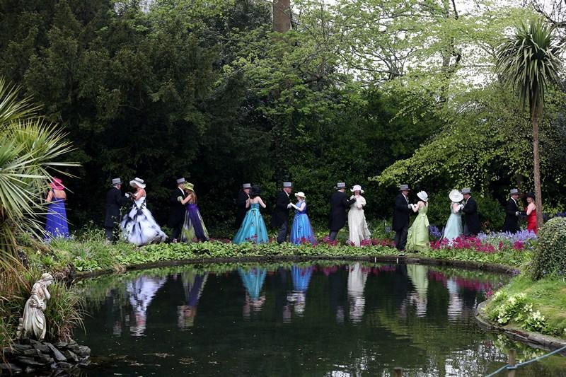 Хелстон, Англия, 8 мая. Танцами и весельем на Дне флоры горожане отмечают завершение зимы и приход весны. Фото: Matt Cardy/Getty Images