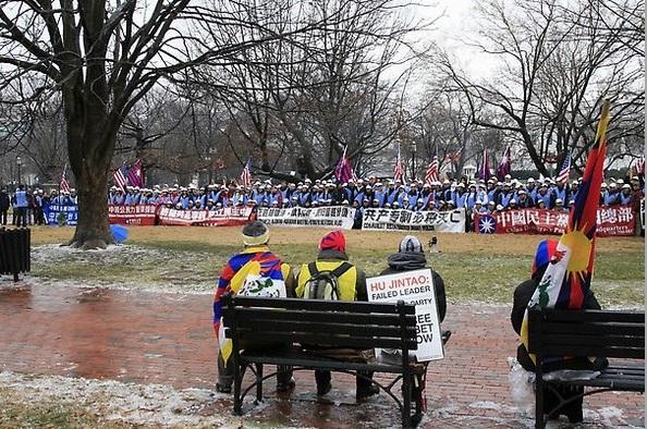 Визит Ху Цзиньтао сопровождался многочисленными протестами различных социальных групп против нарушений прав человека в Китае. Фото: Andrea Hayley/The Eoch Times