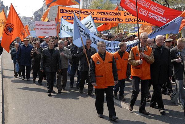 Чернобыльцы провели акцию протеста в преддверии 23 годовщины аварии на ЧАЭС. Фото: Владимир Бородин/The Epoch Times