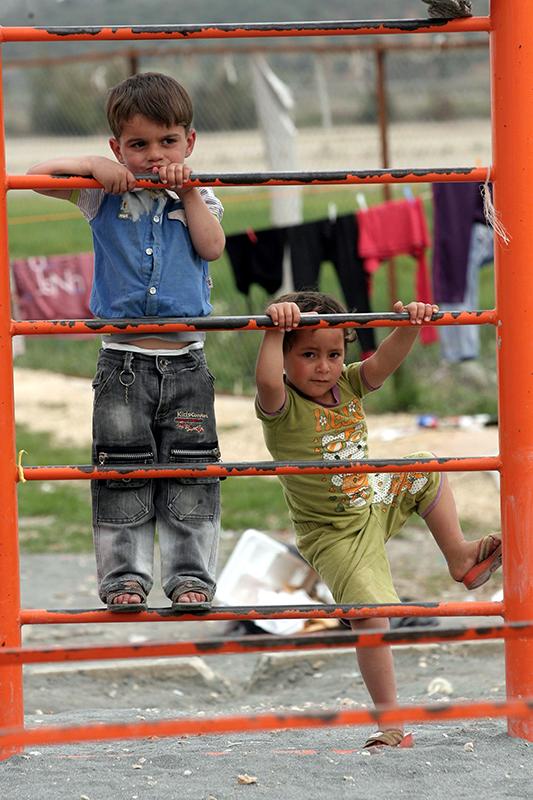 Сирийские дети-беженцы взбираются по металической лестнице на детской площадке в лагере Красного Полумесяца в деревни Boynuyogun, провинции Хатай 25 марта 2012 года. Фото: ADEM ALTAN/AFP/Getty Images