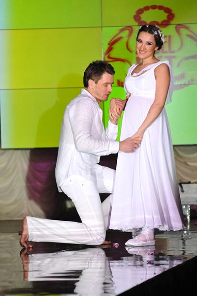 Конкурсантка с мужем во время конкурса Невеста года в Украине-2010Фото: Владимир Бородин/The Epoch Times Украина
