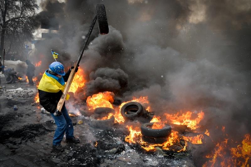 Противостояние между противниками украинской власти и силовиками в Киеве на улице Грушевского. Фото: Велика Епоха