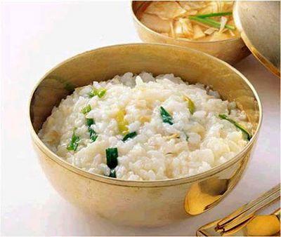 Каша с речной рыбой и зеленым луком. Фото: secretchina.com