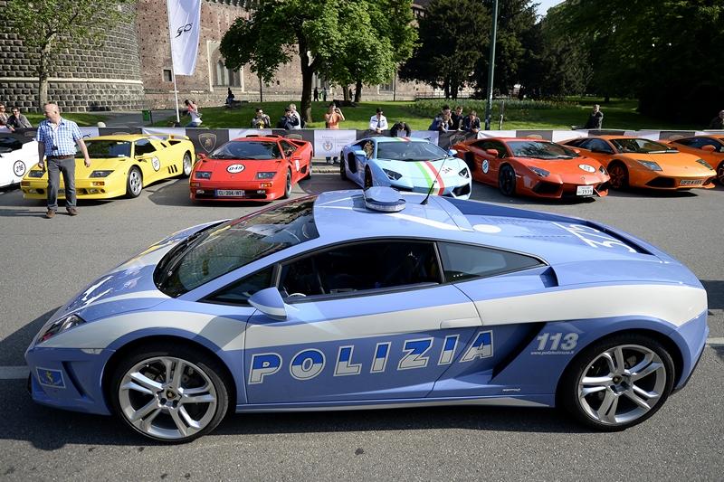 Мілан, Італія, 7 травня. Компанія «Ламборджині» відзначає 50-річчя. У рамках святкування заплановано автопробіг 250 машин за участю двох автомобілів, придбаних департаментом міської поліції. Фото: OLIVIER MORIN/AFP/Getty Images