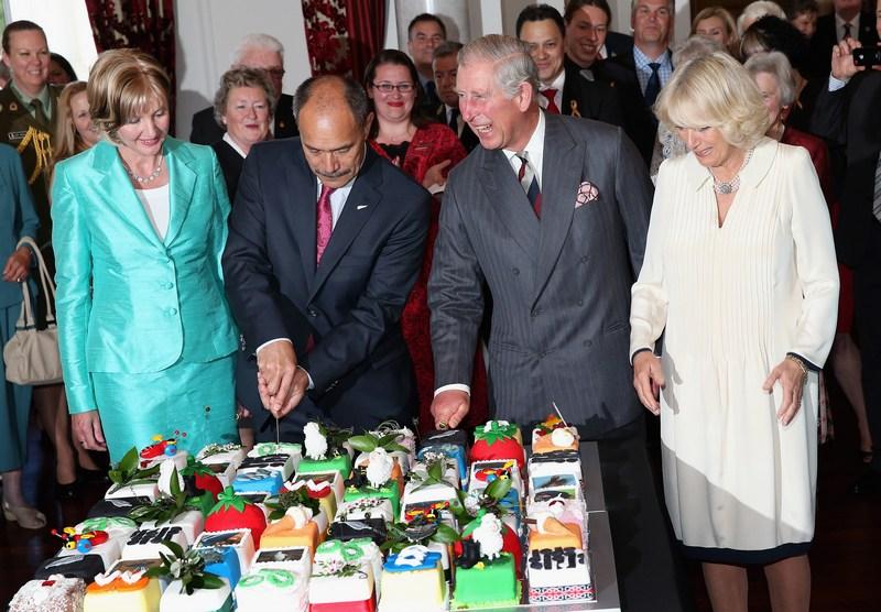Веллингтон, Новая Зеландия, 14 ноября. Генерал-губернатор города сэр Джерри Матепарае разрезает праздничный торт — принц Чарльз отмечает 64-й день рождения. Фото: Chris Jackson/Getty Images