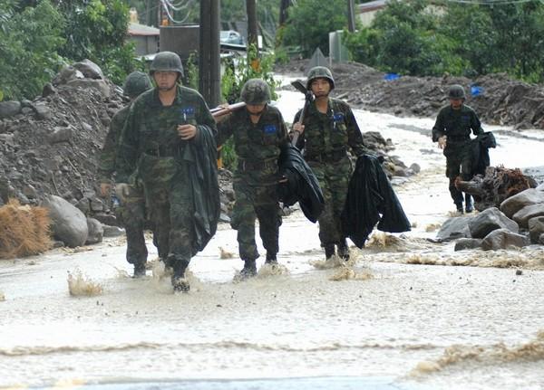 Последствия тайфуна «Моракот» в Тайване. 10 августа 2009 года. Фото: SAM YEH/AFP/Getty Images