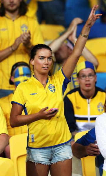 Киев, Украина — 15 июня: шведская болельщица жестикулирует во время матча Швеции против Англии на Олимпийском стадионе. Фото: Scott Heavey/Getty Images