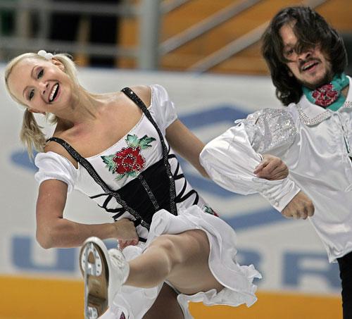 Оксана Домнина и Максим Шабалин (Россия) исполняют обязательный танец. Фото: YURI KADOBNOV/AFP/Getty Images