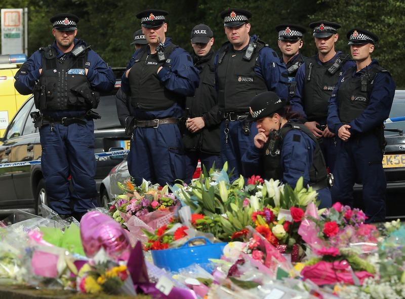 Манчестер, Англия, 21 сентября. Офицеры полиции возложили цветы на место гибели коллег, убитых несколькими днями ранее в перестрелке с преступниками. Фото: Christopher Furlong/Getty Images