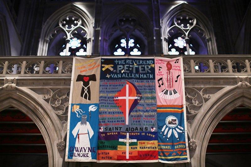 Вашингтон, США, 17 липня. У кафедральному соборі представлено полотно з аплікаціями в пам'ять жертв СНІДу. Фото: Alex Wong/Getty Images