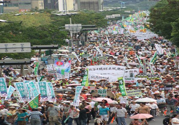 Сотни тысяч тайваньцев протестуют против сближения Тайваня с коммунистическим Китаем. 30 августа. Тайбэй. Фото: ЦАН
