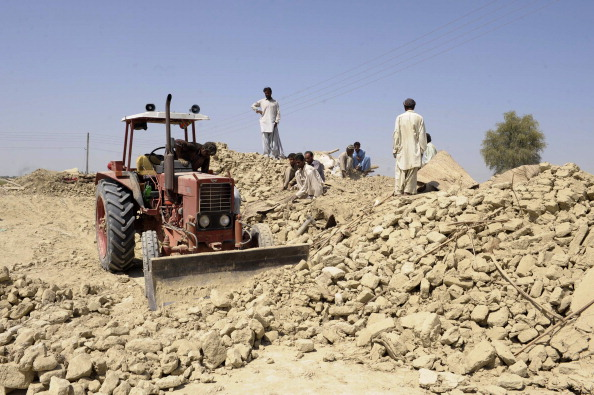 Пакистанці прибирають гори каменю, на які їхні будинки перетворив землетрус. Фото: BANARAS KHAN/AFP/Getty Images