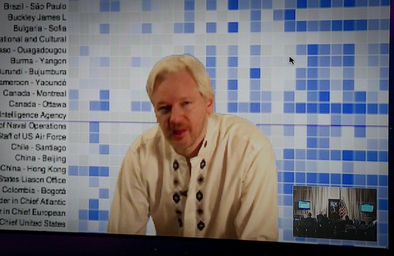 Вашингтон, США, 8 апреля. Основатель WikiLeaks Джулиан Ассанж выступает на телеконференции Лондон-Вашингтон. Ассанж пообещал опубликовать свыше 1,7 млн секретных дипломатических документов США. Фото: MLADEN ANTONOV/AFP/Getty Images