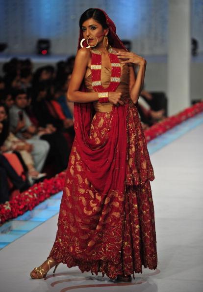 Показ колекції від Reem Abbasi на Пакистанському тижні моди. Фото: Photo credit should read ASIF HASSAN/AFP/Getty Images