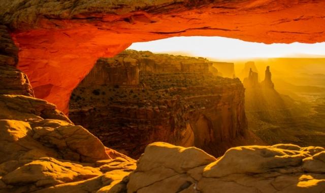 Восходящее Солнце освещает арку в национальном парке Каньонлендс, штат Юта. Фото: Kunal Mehra/outdoorphotographer.com