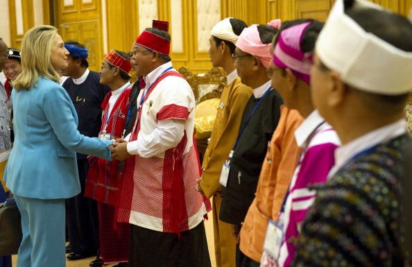 Держсекретар США Хілларі Клінтон вітає членів верхньої палати парламенту М'янми під час зустрічі в парламентському подвір'ї в Нейпьідо 1 грудня 2011. Фото: Saul Loeb/Getty Images