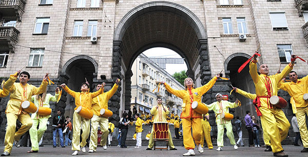 Последователи Фалуньгун играют на барабанах во время акции на Хрещатике 14 мая 2011 года. Фото: The Epoch Times Украина