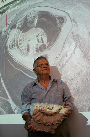 Израильский археолог профессор Эхуд Нецер  держит обломок гробницы  Ирода. Во время пресс-конференции  в Еврейском Университете он отметил, что раскопки еще не закончены. Иерусалим. 8 мая 2007г. Фото: David Silverman/Getty Images