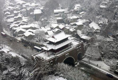 В г.Ухане провинции Хубэй уже вторую неделю идут сильные снегопады. 19 января 2008г. Фото: Photo by China Photos/Getty Images
