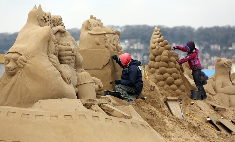 Скульптори за роботою. Фото: Matt Cardy/Getty Images