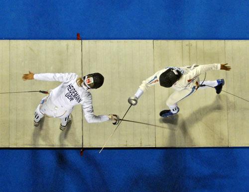 Гент. Бельгия. Чемпионат Европы по Фехтованию. Немка Britta Heidemann (слева)  фехтует с французской Maureen Nisima (справа). Фото: DIRK WAEM/AFP/Getty Images