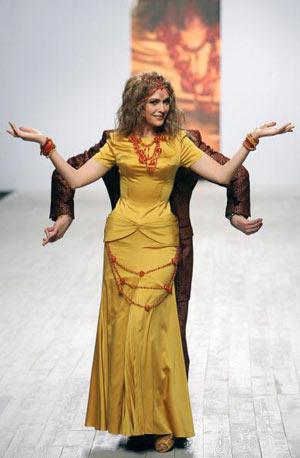 Відома акторка Ольга Сумська демонструє вбрання із колекції модельєра Едуарда Назарова. Фото: SERGEI SUPINSKY/AFP/Getty Images