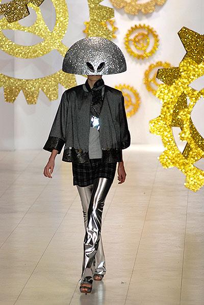 Модель демонстрирует одежду из коллекции украинского дизайнера Алексея Залевского на Украинcкой неделе моды в Киеве 12 марта 2010 года. Фото: Владимир Бородин/The Epoch Times