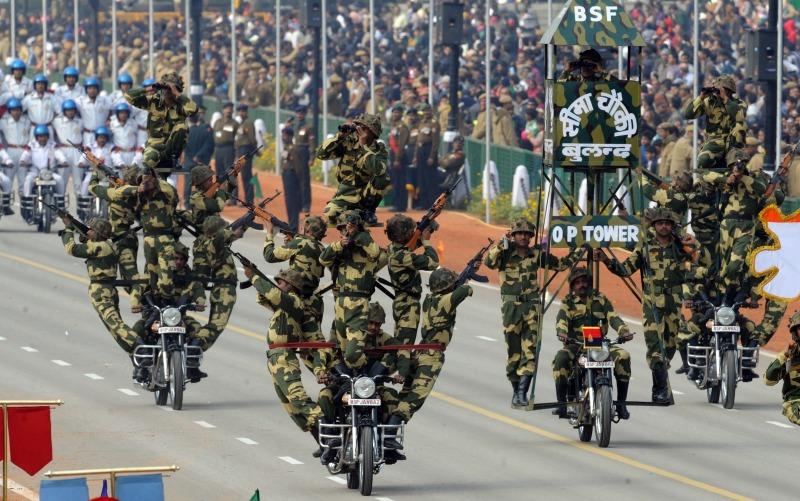 Пограничники выполняют каскадерские трюки. Фото: RAVEENDRAN/AFP/Getty Images