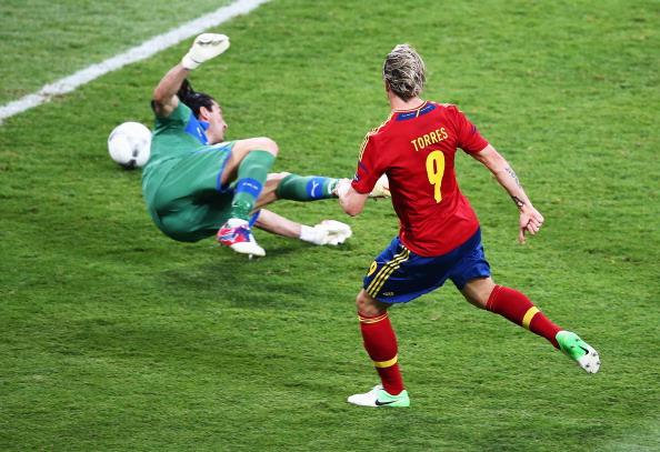 Фернандо Торрес (Іспанія) забиває третій гол у ворота Італії у фінальному матчі 1 липня в Києві. Фото: Martin Rose/Getty Images