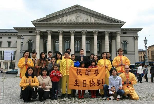 Послідовники Фалуньгун відзначають Всесвітній день Фалунь Дафа. 2010 рік. Фото з minghui.org