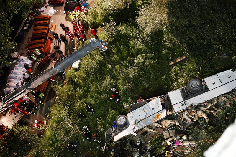 Південь Італії, 28 липня. Автобус з паломниками впав з естакади автотраси, що з'єднує комуни Монтефорте-Ірпіно і Байано. Загинуло 36 людей. Фото: STRINGER/AFP/Getty Images