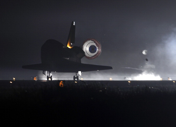 Шаттл «Индевор» совершает посадку на взлетно-посадочную полосу Космического центра Кеннеди. Фото: TIMOTHY A. CLARY/AFP/Getty Images