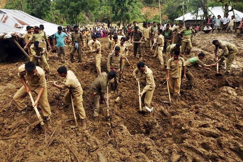 Деревня Уджан Мудипара, штат Трипура, Индия, 9 мая. Военные проводят спасательные работы после схождения оползня. Принёсший проливные дожди с грозами циклон продолжает терзать восток страны. Фото: STRDEL/AFP/Getty Images
