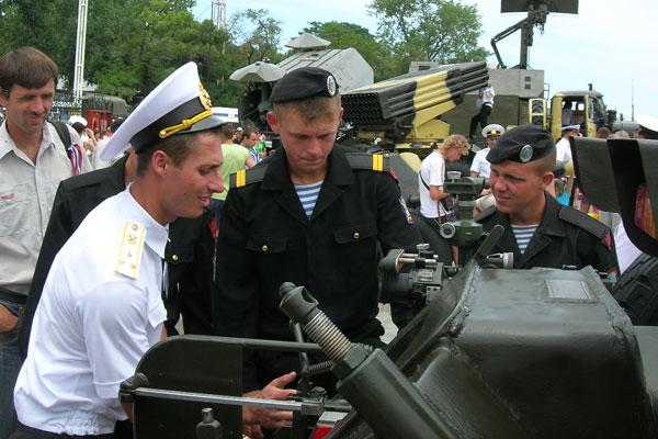 Смотр военной техники и вооружения на Морском вокзале в Cевастополе 6 июля 2008 г. Фото: Алла Лавриненко/The Epoch Times