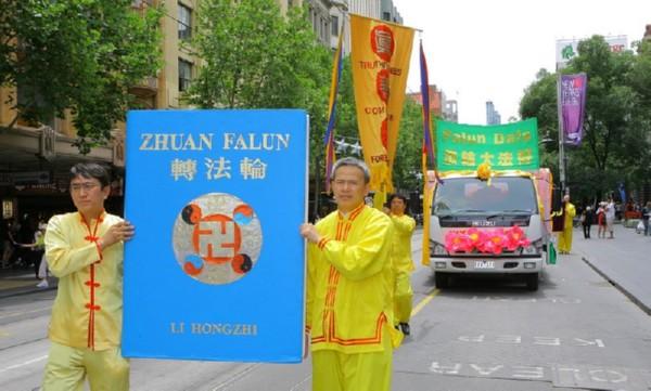 Участники шествия несут главную книгу Фалуньгун «Чжуань Фалунь». Мельбурн, Австралия. 3 декабря 2009 г. Фото: Чен Мин/The Epoch Times