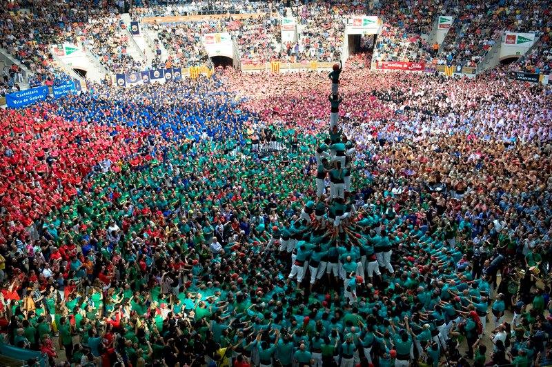Таррагона, Іспанія, 7жовтня. Команда асоціації «Кастельез де Вілафранка» спорудила людську вежу під час 24-го чемпіонату з побудови веж або «Кастельс». Фото: David Ramos/Getty Images