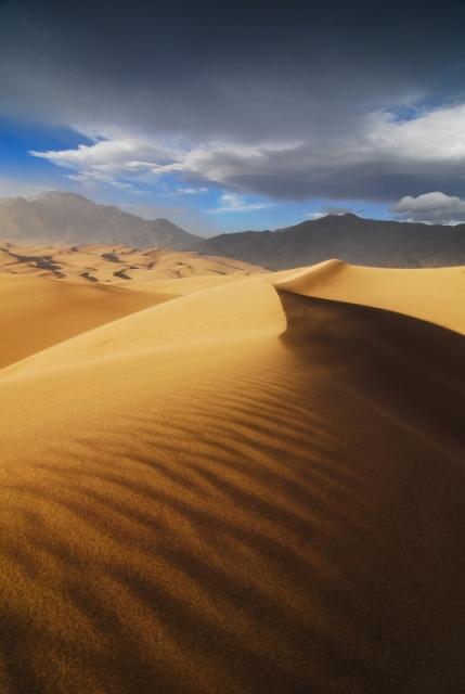 «Песчаный удар», или съёмка движения дюн при порывах ветра около 50 км/ч. Национальный парк «Большие песчаные дюны», долина Сан-Луис, юг штата Колорадо. Фото: Jacob Moore/outdoorphotographer.com