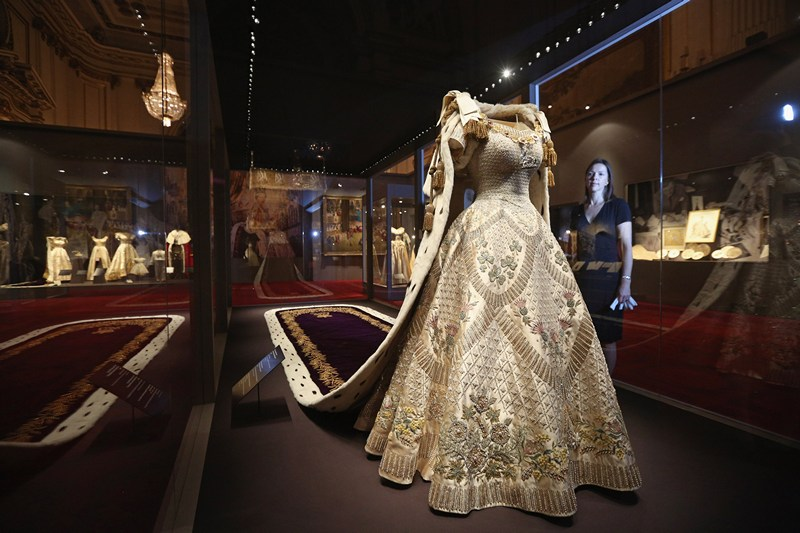 Лондон, Англія, 25 липня. Коронаційне сукню і мантія Єлизавети II представлені на виставці «Коронація королеви 1953», що відкрилася в Букінгемському палаці. Фото: Oli Scarff/Getty Images