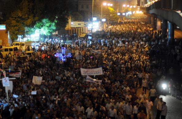 Телебачення Каїра закликало своїх громадян вийти на вулиці і допомогти поліції втихомирити тисячі християн-коптів. Фото: Getty Images