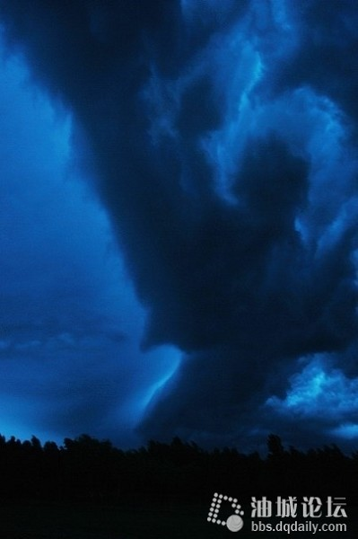 Необычные картины неба. Город Дачин провинции Хэйлуцзян. Июль 2010 год. Фото с epochtimes.com