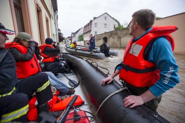 Спасатели города Гримма, Германия. Фото: Jens Schlueter / Getty Images
