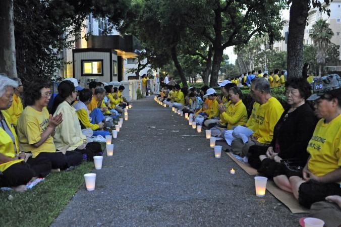 Вшанування пам'яті загиблих в ході репресій послідовників Фалунь Дафа. Лос Анджелес, США, 2013 рік. Фото: Велика Епоха