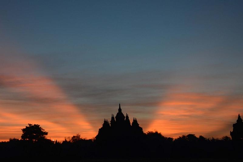 Центральная Ява, Индонезия, 26 апреля. Восход солнца над буддийским храмом Плаосан. Фото: Tarko SUDIARNO/AFP/Getty Images