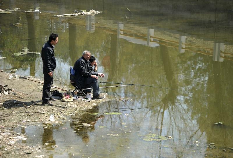 Местные жители ловят рыбу в загрязненной реке в Китае. Фото: AFP/Getty Images