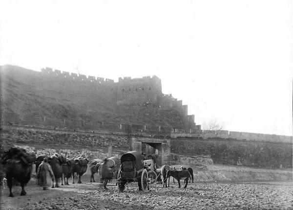 Стародавні північні ворота Великої стіни біля Пекіна. Китай часів династії Цін. Фото: William Purdom