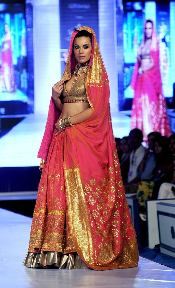 Этническая индийская мода на Rajasthan Fashion Week. Фото: STR/AFP/Getty Images