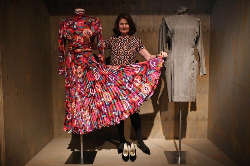 Лондон, Англия, 29 января. В музее дизайна проходит выставка «Необычные истории обычных вещей». На фото — платья, созданные французским модельером Эмануэлем Унгаро. Фото: Dan Kitwood/Getty Images